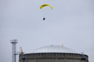 Greenpeace survole la centrale nucléaire Bugey