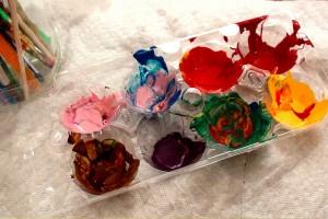 Palette de peintre avec une boîte à oeufs